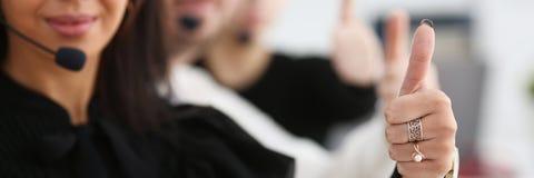 Show för arm för tre operatörer för call center reko tjänste- arkivfoton