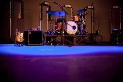 Show för etappdrumkitsgitarrer Arkivfoto