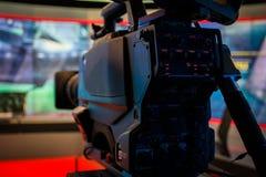 Show för inspelning för videokameralins i tvstudiofokus på kameran ap Royaltyfri Fotografi
