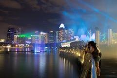 Show för laser för vattengardin in från Marina Bay Sands Resort Hotel Royaltyfri Bild