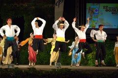 Show för Montenegro folkdansgrupp på etapp Royaltyfria Bilder