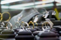 Show för för smyckendiamantcirklar och halsband Arkivbild