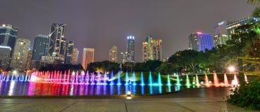 Show för springbrunn för vatten för KLCC-sjösymfoni Kuala Lumpur malaysia Royaltyfri Foto