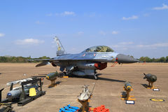 Show F-16 på barns dag på kungligt thailändskt flygvapen för Korat vinge 1 Royaltyfri Bild
