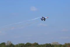 Show F-16 på barns dag på kungligt thailändskt flygvapen för Korat vinge 1 Royaltyfria Bilder