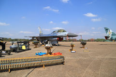 Show F-16 på barns dag på kungligt thailändskt flygvapen för Korat vinge 1 Arkivfoton