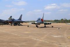 Show F-16 på barns dag på kungligt thailändskt flygvapen för Korat vinge 1 Arkivbilder