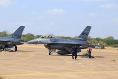 Show F-16 på barns dag på kungligt thailändskt flygvapen för Korat vinge 1 Royaltyfria Foton