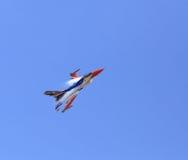 Show F-16 på barns dag på kungligt thailändskt flygvapen för Korat vinge 1 Royaltyfri Fotografi