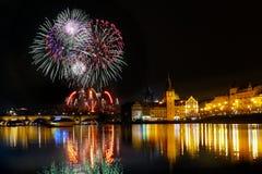Show Feuerwerks-Prag-nächtlichen Himmels stockfotografie
