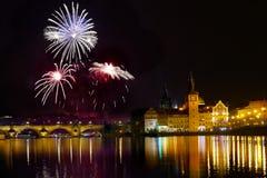 Show Feuerwerks-Prag-nächtlichen Himmels lizenzfreies stockbild