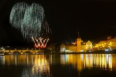 Show Feuerwerks-Prag-nächtlichen Himmels stockfotos