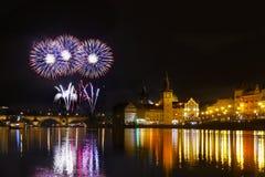 Show Feuerwerks-Prag-nächtlichen Himmels lizenzfreie stockfotografie