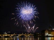Show Feuerwerks-Prag-nächtlichen Himmels stockbilder