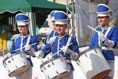 Show-groep van slagwerkers in sexy blauwe eenvormig van de Koninklijke lansieren royalty-vrije stock afbeeldingen