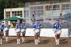 Show-groep van slagwerkers in sexy blauwe eenvormig van de Koninklijke lansieren stock fotografie