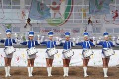 Show-groep van slagwerkers in sexy blauwe eenvormig van de Koninklijke lansieren stock foto's