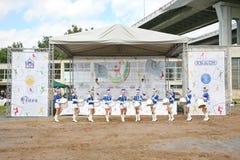 Show-groep van slagwerkers in sexy blauwe eenvormig van de Koninklijke lansieren royalty-vrije stock afbeelding