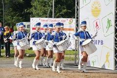 Show-groep van slagwerkers in sexy blauwe eenvormig van de Koninklijke lansieren royalty-vrije stock foto's
