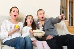 Show televisivo de observación de la familia Foto de archivo libre de regalías