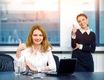 Showall för två affärskvinnor gesten kyler Royaltyfri Fotografi