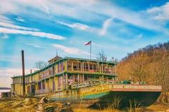 Showboat giallo carico in secca sul fiume Mississippi Immagini Stock Libere da Diritti