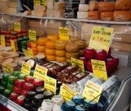 Showcase do queijo em Albert Cuypmarkt, Amsterdão Imagem de Stock