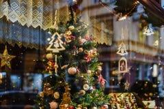 Showcase met Kerstboomdecoratie royalty-vrije stock afbeelding