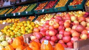 Showcase met Mandarijnen, Appelen, Peren, Dadelpruim en Verschillend Fruit op de Straatmarkt stock footage