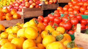 Showcase met Mandarijnen, Appelen, Peren, Dadelpruim en Verschillend Fruit op de Straatmarkt stock videobeelden