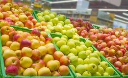 Showcase met multi-colored appelen van verschillende verscheidenheden wordt gevuld die royalty-vrije stock afbeeldingen