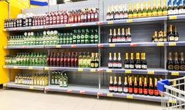 Showcase met verschillende alcoholische dranken bij hypermarket Royalty-vrije Stock Afbeeldingen