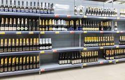 Showcase met verschillende alcoholische dranken bij hypermarket L Royalty-vrije Stock Foto
