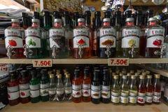 Showcase met verschillende verscheidenheden traditionele alcoholische drank - Raki Royalty-vrije Stock Afbeeldingen
