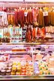 Showcase met verschillende verscheidenheden van Hamon en andere Spaanse producten Royalty-vrije Stock Foto's