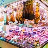 Showcase met verschillende verscheidenheden van Hamon en andere Spaanse producten Royalty-vrije Stock Foto