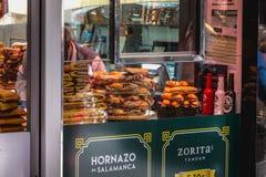 Showcase van een sandwichwinkel en een Hornazo DE Salamanca royalty-vrije stock afbeelding