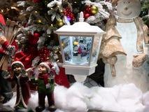 Showcase van stuk speelgoed winkel voor Kerstmis wordt verfraaid die royalty-vrije stock afbeeldingen