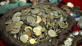 Showcases met muntstukken in een middeleeuwse markt stock footage
