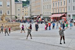 Showen av aperschnalzen på Kapitelplatz i Salzburg royaltyfri fotografi