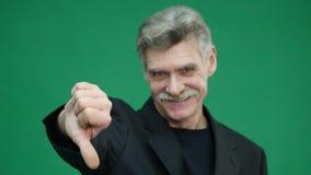 Showen för den höga mannen tummar ner, den dåliga gesten som isoleras på gräsplan lager videofilmer