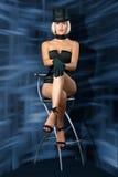 Showgirl del cabaret sulla presidenza della barra Immagini Stock