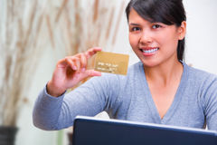 Showing gold credit card Royalty Free Stock Photography