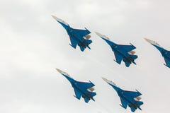 Showkunstfliegen Kämpfer Sukhoi Su-27 an einem airshow Russen adelt Stockbild