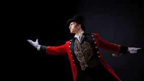 showman Молодые мужские эстрадный артист, вручитель или актер на этапе Парень в красном лифчике и цилиндре стоковое фото