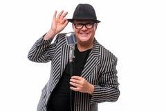 Showman поя в микрофоне с эмоциональным жестом Стоковые Фотографии RF