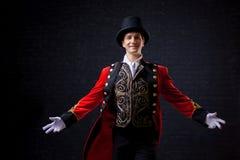showman Actor, presentador o actor de sexo masculino joven en etapa El individuo en la camiseta roja y el cilindro fotos de archivo