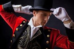 showman Anfitrião, apresentador ou ator masculino novo na fase O indivíduo no camisole vermelho e no cilindro imagem de stock