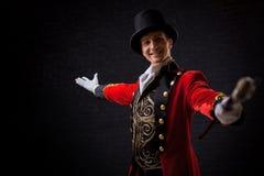 showman Anfitrião, apresentador ou ator masculino novo na fase O indivíduo no camisole vermelho e no cilindro fotografia de stock