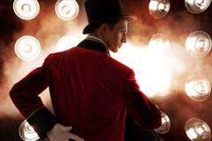 showman Junger männlicher Entertainer, Vorführer oder Schauspieler auf Stadium Der Kerl im roten Unterhemd und im Zylinder stockbilder
